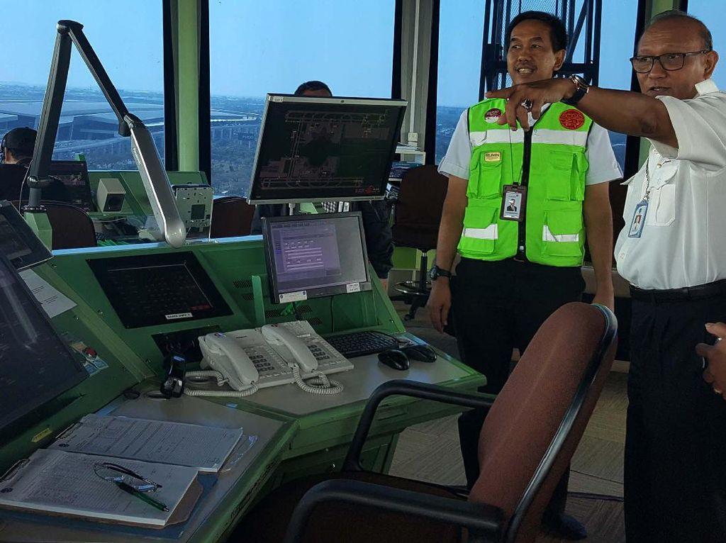 Direktur Angkasa Pura II Tinjau Lalu Lintas Pesawat
