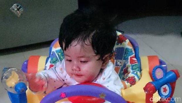 Ilustrasi anak belajar jalan pakai baby walker