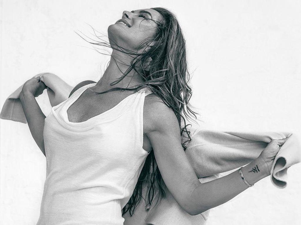 Di Usia 52, Brooke Shields Berpose Seksi dengan Lingerie Calvin Klein