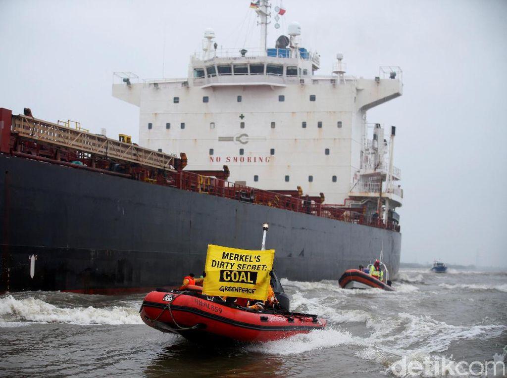 Aksi Greenpeace Hadang Kapal Batubara dengan Perahu Karet