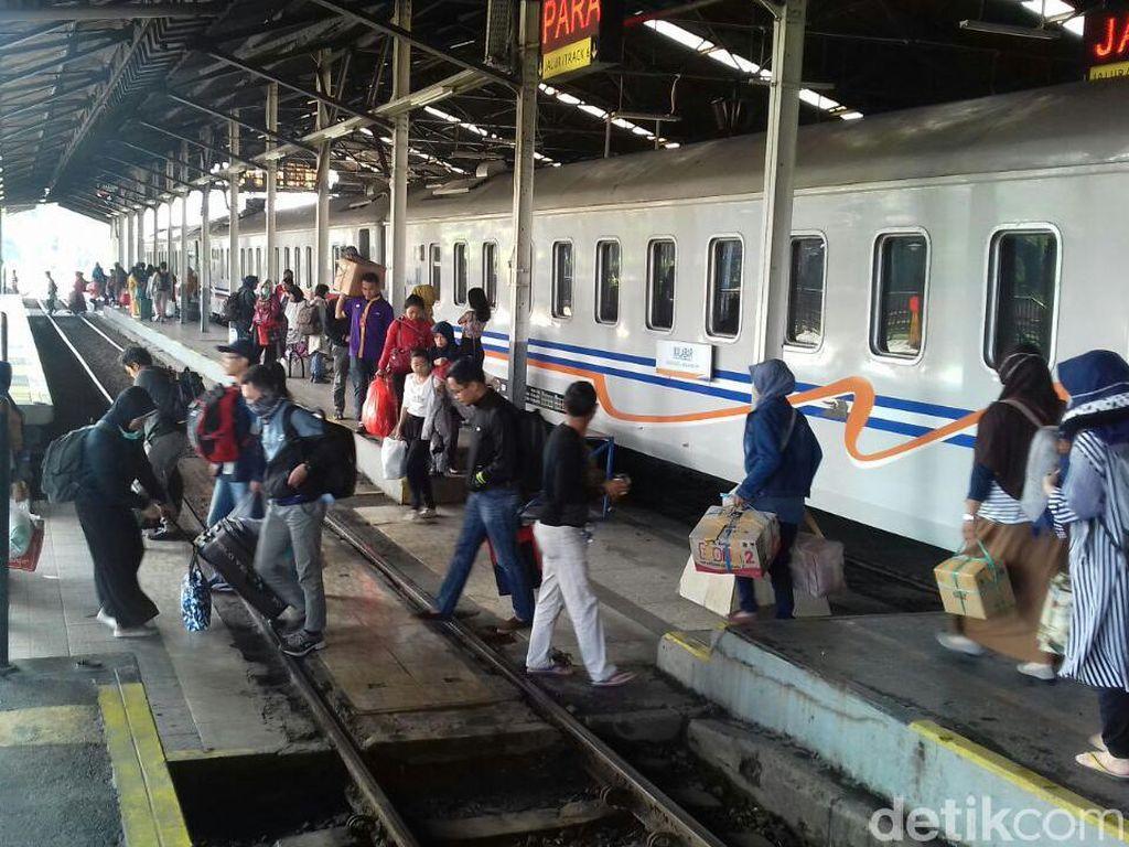 Ratusan Ribu Orang Mudik Pakai Kereta Api dari Bandung