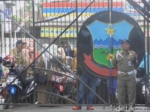 Hari Pertama Kerja, Puluhan PNS Pemkab Garut Terkunci di Gerbang