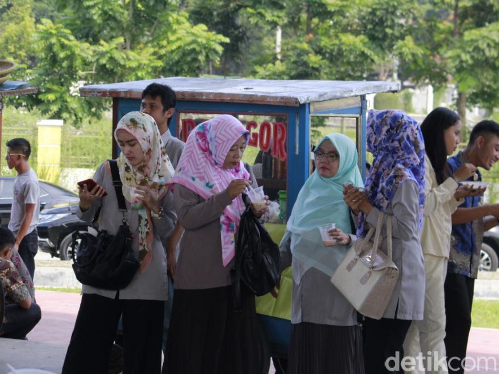 Pedagang Jajanan Rakyat Ramaikan Halalbihalal Pemkab Bandung