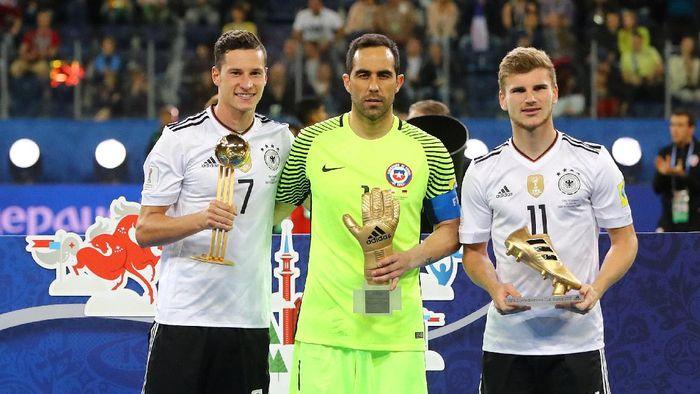 Julian Draxler mendapatkan penghargaan bola emas Piala Konfederasi 2017. (Foto: REUTERS/Kai Pfaffenbach)