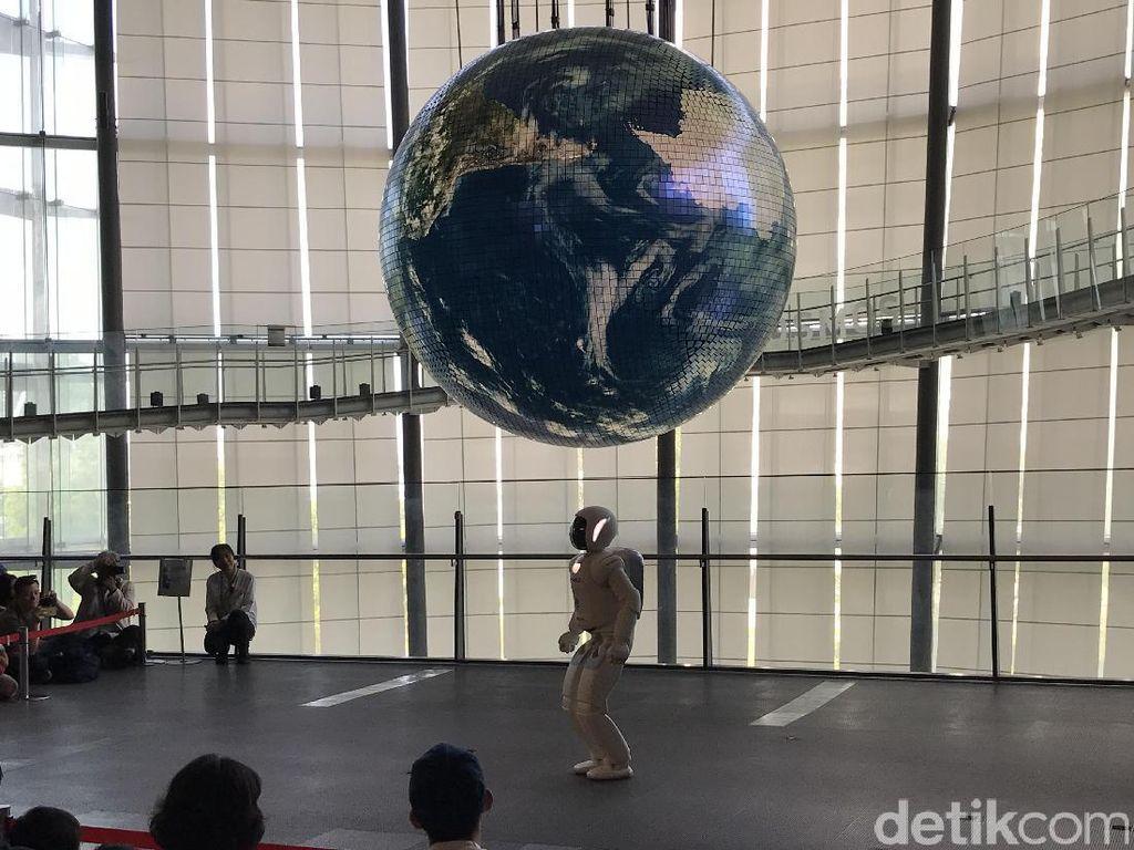 Android Cantik dan Atraksi Robot Asimo di Museum Miraikan