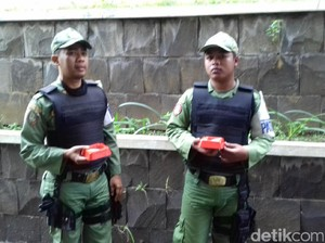Satpol PP Bawa Asbak untuk Cegah Merokok di Balai Kota Surakarta