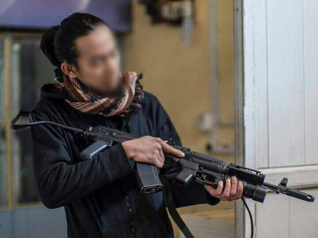 Polisi Cek Foto Pria Klimis Tenteng Senjata Disebut Gabung ISIS