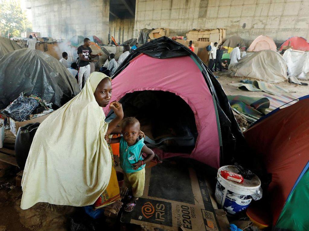 Melihat Kamp Darurat Imigran Afrika di Kolong Jembatan