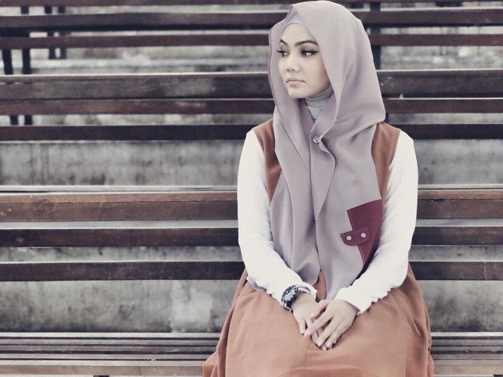Tutorial Hijab dengan Bros Magnet yang Tren Ala Rina Nose