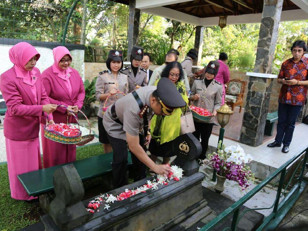 HUT Bhayangkara, Kapolresta Depok Ziarah ke Makam Jenderal Hoegeng