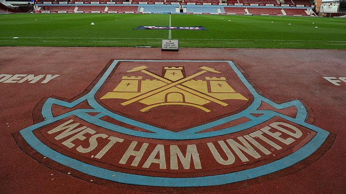 Logo West Ham United di stadion lama mereka, Bolyen Ground (Foto: Steve Bardens/Getty Images)