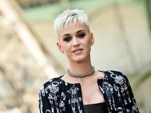 Bocah Bertas Ransel Jadi Viral Setelah Tampil Bareng Katy Perry