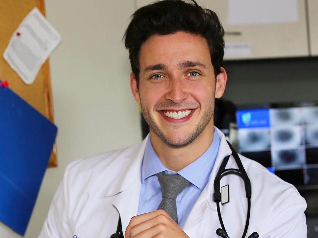 Ketika Dokter Terseksi Amerika Selamatkan Penumpang Kritis