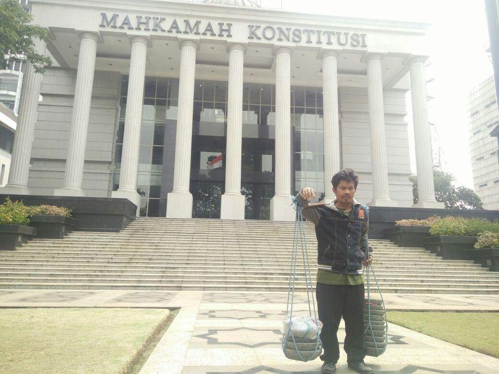 Harapan Tajudin Si Penjual Cobek di MK Temui Jalan Buntu