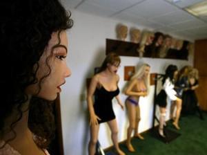 Pasangan Ini Koleksi Sepuluh Boneka Seks yang Mirip Manusia