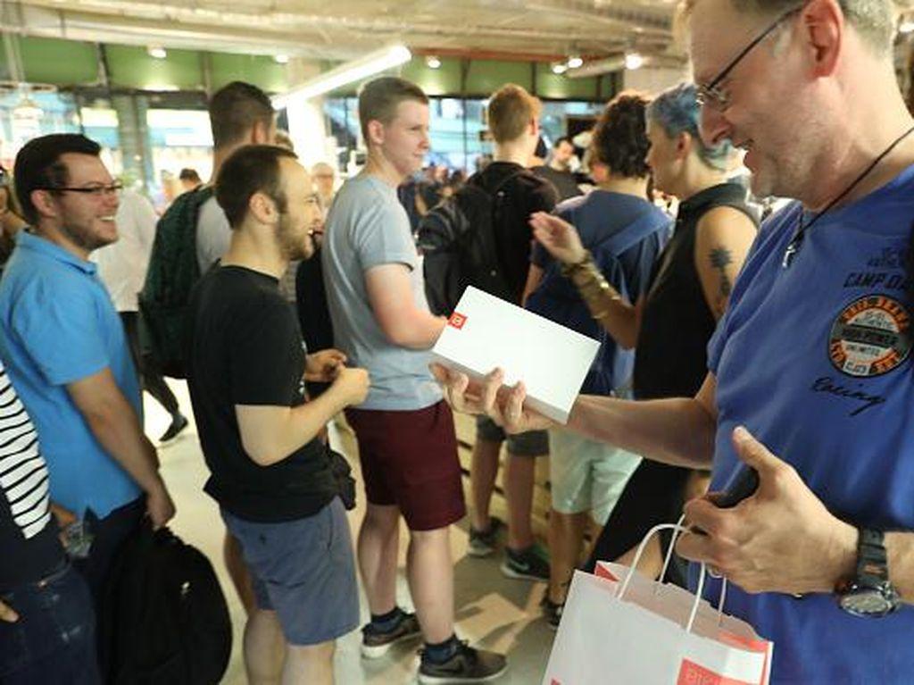 Penjualan OnePlus 5 Disambut Antrean Mengular
