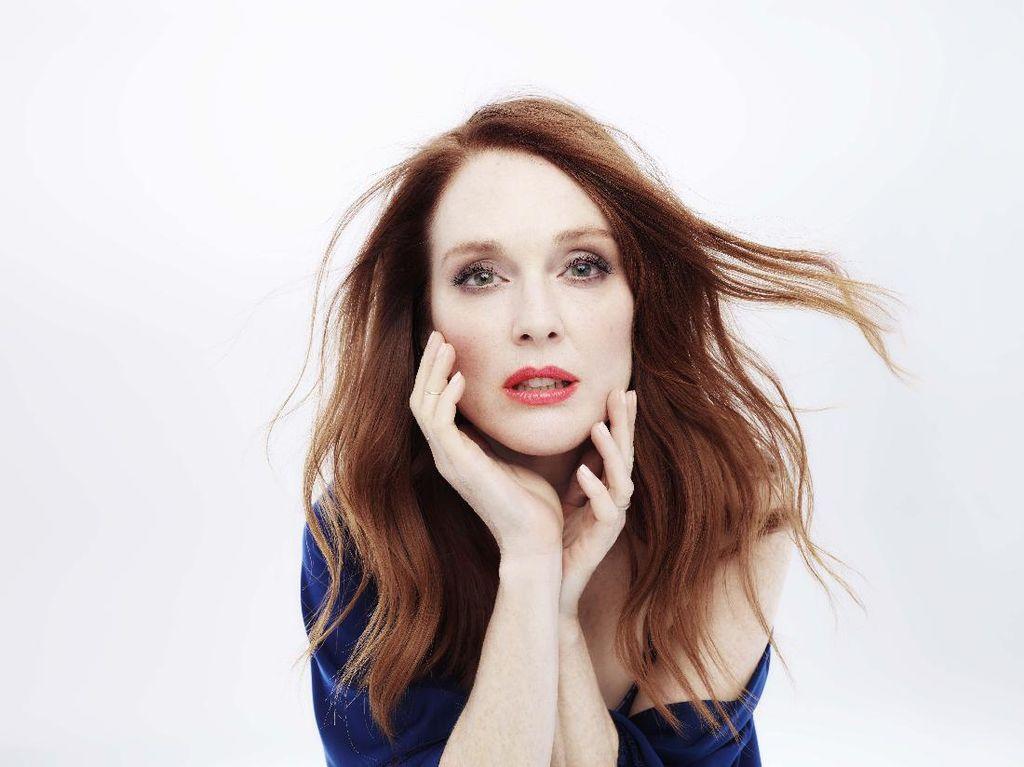Berusia 56 Tahun, Julianne Moore Jadi Model Lingerie