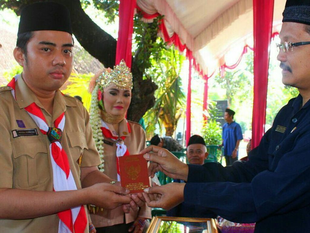 Unik! Pasangan di Ngawi Nikah Pakai Seragam Pramuka & Mas Kawin Tunas Kelapa