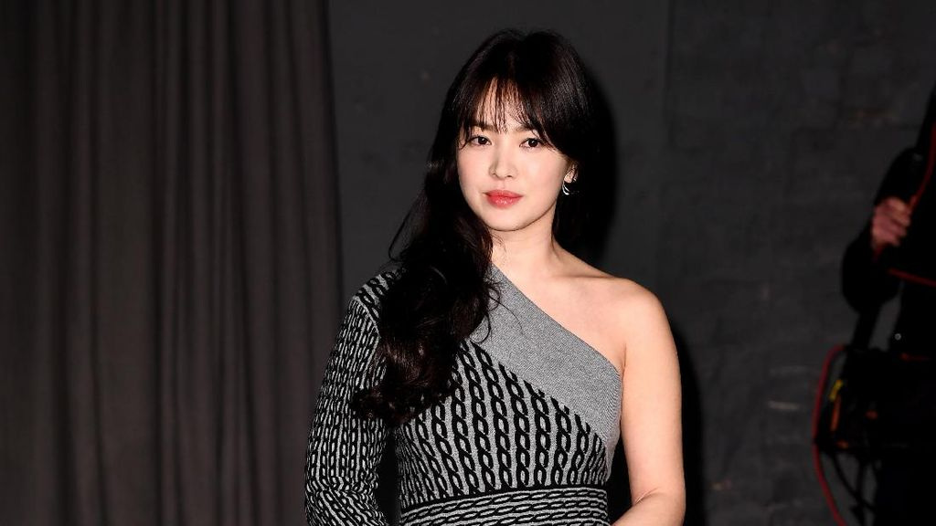 Foto: Inspirasi Gaya Chic dan Stylish ala Song Hye Kyo
