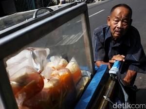 Semangat Kakek 81 Tahun Jual Asinan Keliling Kampung
