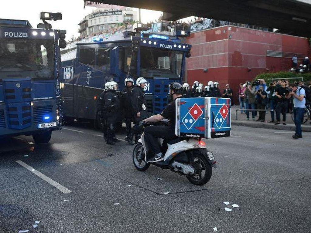 Ini Aksi Berani Pengantar Pizza yang Terobos Aksi Demo KTT G20