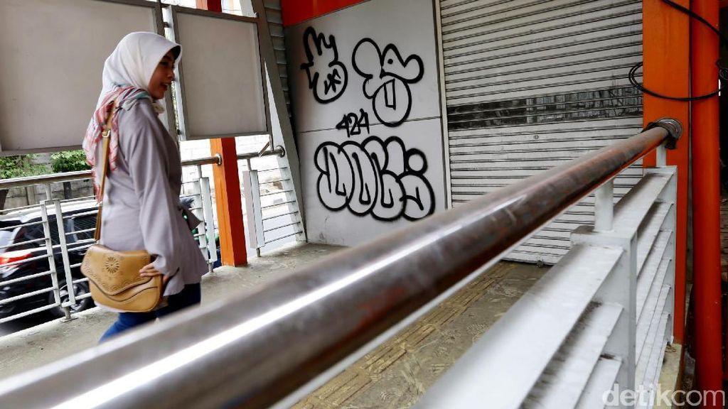 Belum Dibuka, Halte TransJakarta Jadi Korban Vandalisme