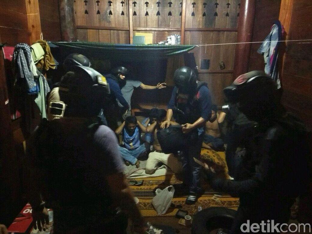 Pakai Sabu Rumah Adat Aceh, 6 Pria Ditangkap Polisi