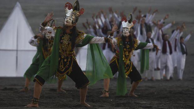 Penari mementaskan Tari Gunungsari Tengger saat pertunjukan Eksotika Bromo di Lautan Pasir kawasan Taman Nasional Bromo Tengger Semeru, Probolinggo, Jawa Timur, Juimat (7/7). Pertunjukan yang menampilkan sejumlah tarian tradisional dan kotemporer tersebut bertujuan melestarikan budaya dan mengangkat potensi wisata di kawasan itu. ANTARA FOTO/Zabur Karuru/Spt/17