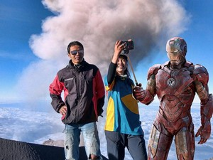 Pria Madiun Selfie Bareng Iron Man dan Mbok Jamu di Gunung