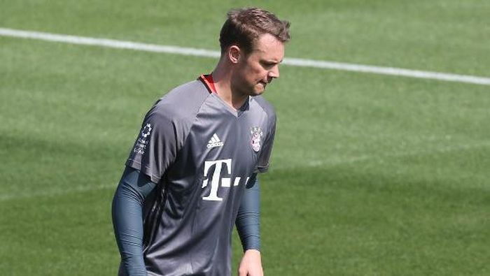 Bayern Munichs goalkeeper Manuel Neuer takes part in a training session at the Aspire Academy in Doha on January 4, 2017. / AFP PHOTO / KARIM JAAFAR