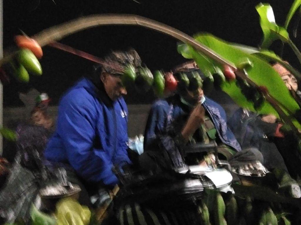 Suku Tengger Gelar Yadnya Kasada di Tengah Suhu Ekstrem Bromo