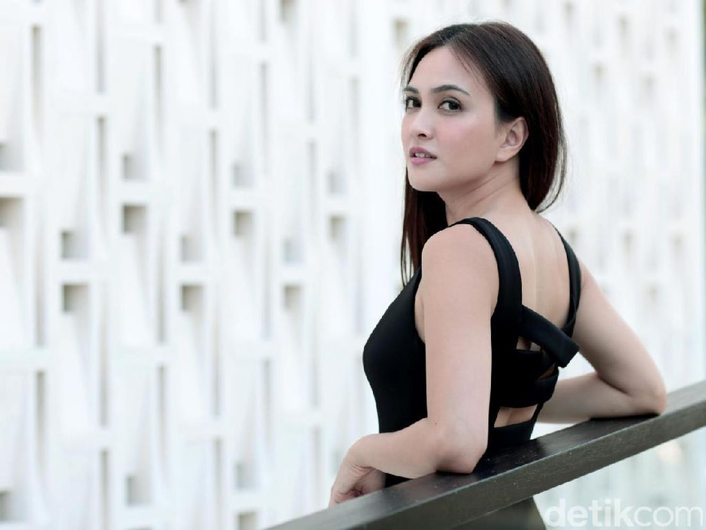 Sexy in Black! Shandy Aulia