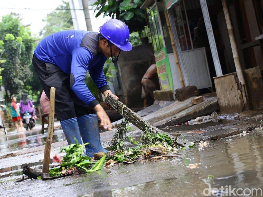 Pasukan Biru Bersihkan Lumpur Sisa Banjir di Cipinang Melayu