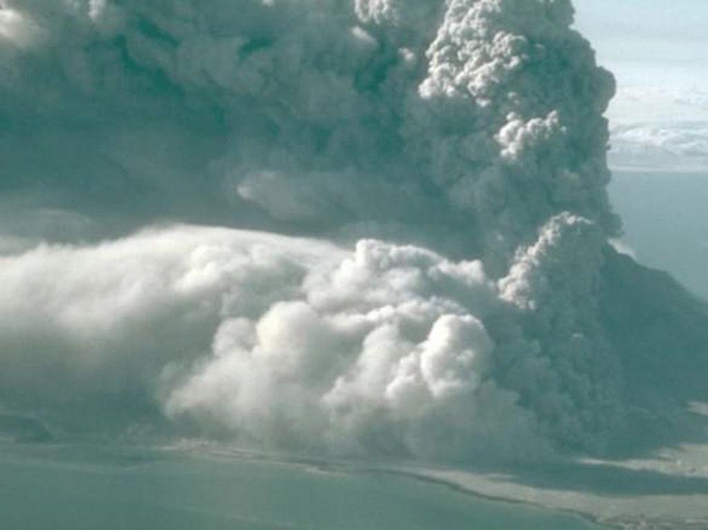 Gunung Bogoslof di Alaska Meletus, Picu Peringatan Penerbangan
