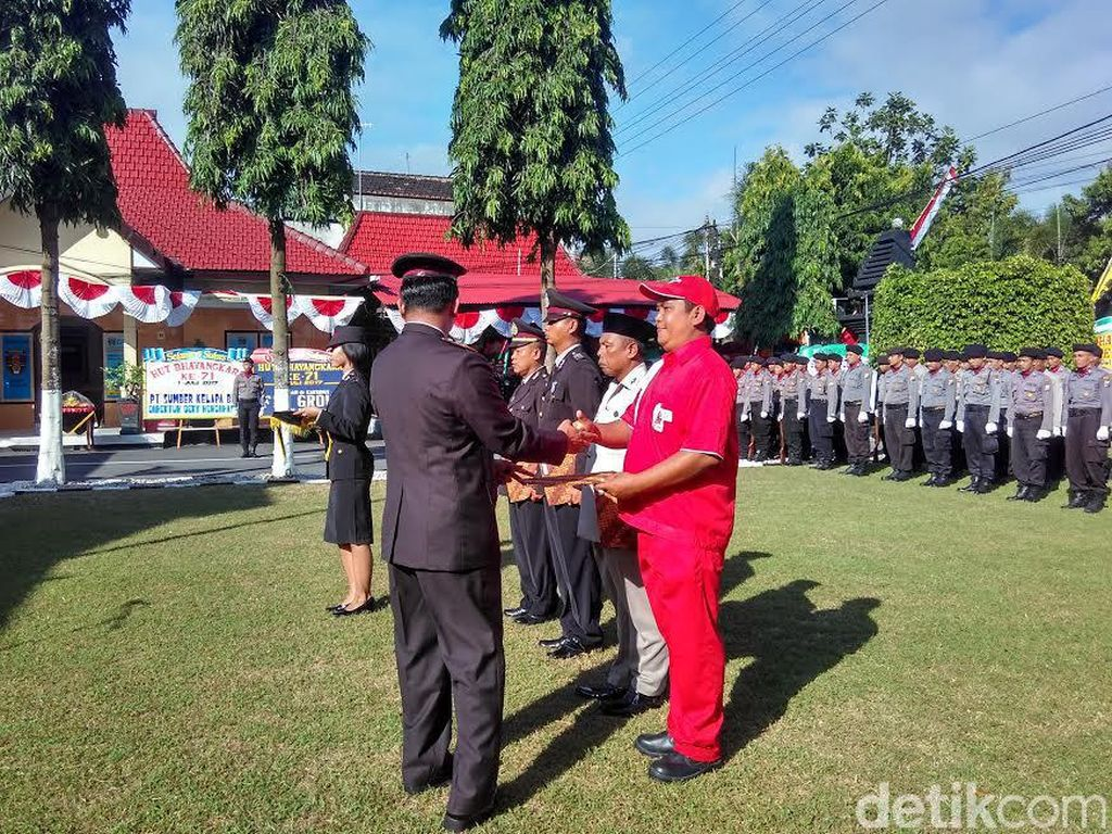 Petugas SPBU Kota Blitar Dapat Penghargaan di HUT Bhayangkara