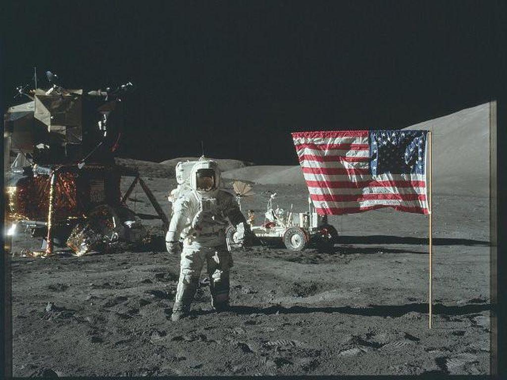 Video Insiden Astronaut Jatuh-Nyungsep Saat Berjalan di Bulan