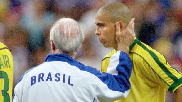 Ronaldo Luis Nazario de Lima menjadi fenomena sepak bola di era 90-an.