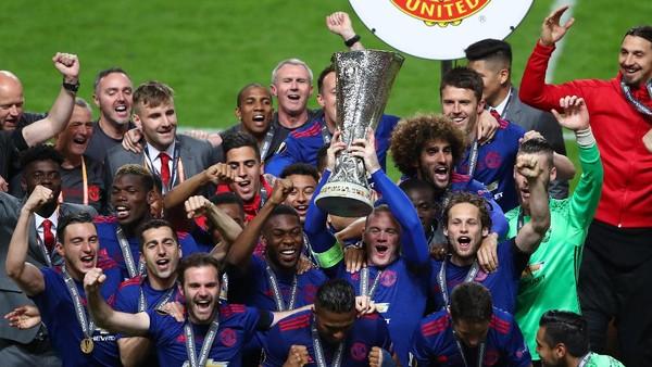 Trofi Piala Liga dan Liga Europa yang Tidak Sepenuhnya Membahagiakan Rooney