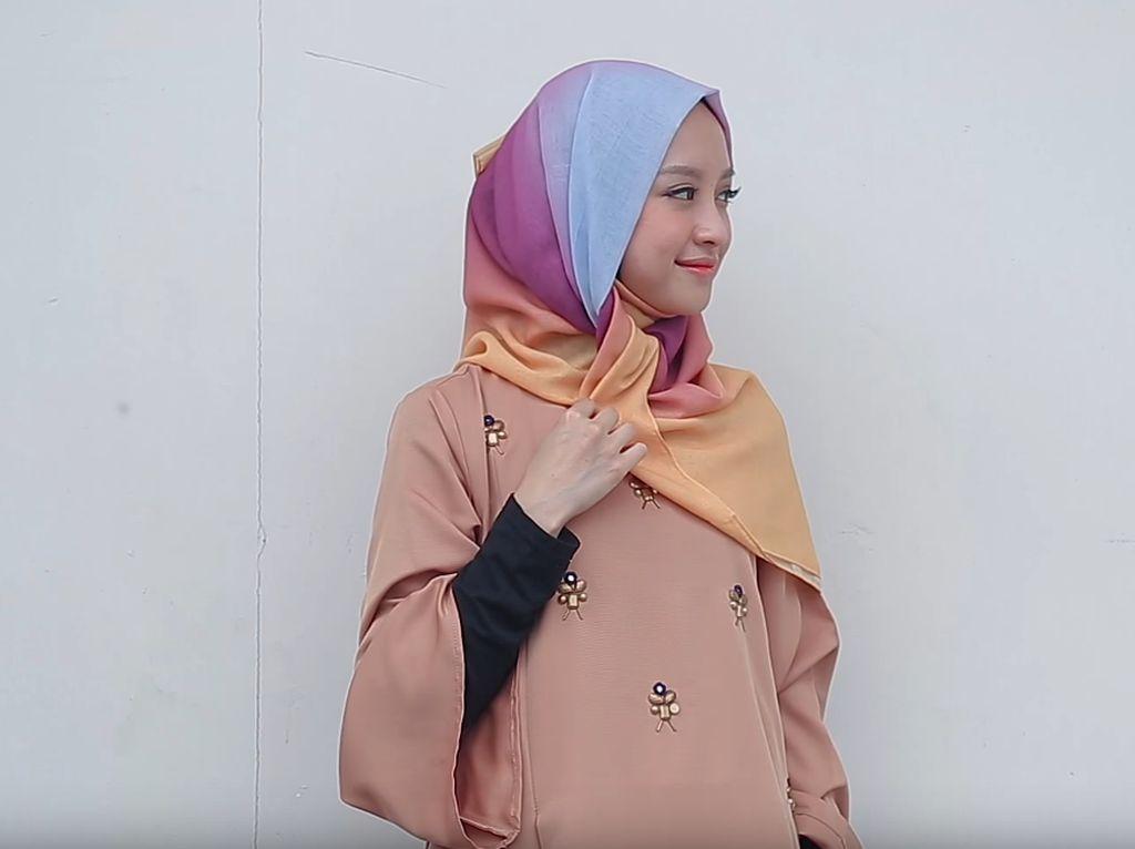 Tutorial Hijab untuk Pakai Abaya ala Vlogger Cantik Gita Savitri