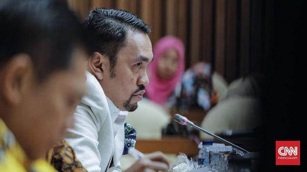 Anggota panitia khusus (pansus) hak angket Komisi Pemberantasan Korupsi (KPK) Ahmad Sahroni (kiri) di Kompleks Parlemen, Senayan, Jakarta, Selasa, 11 Juli 2017. CNN Indonesia/Adhi Wicaksono