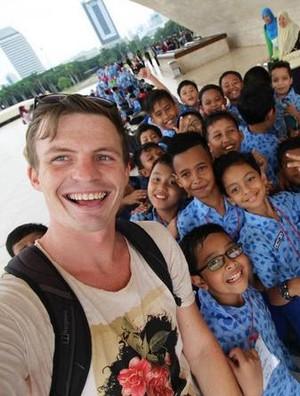 Jordan Simons, Keliling Dunia dan Terpesona Indonesia