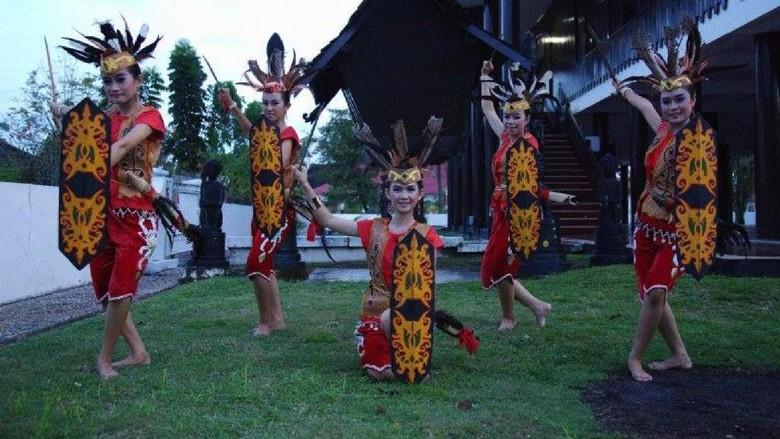 Atraksi budaya khas Kalimantan (Foto: dok. Kemenpar)