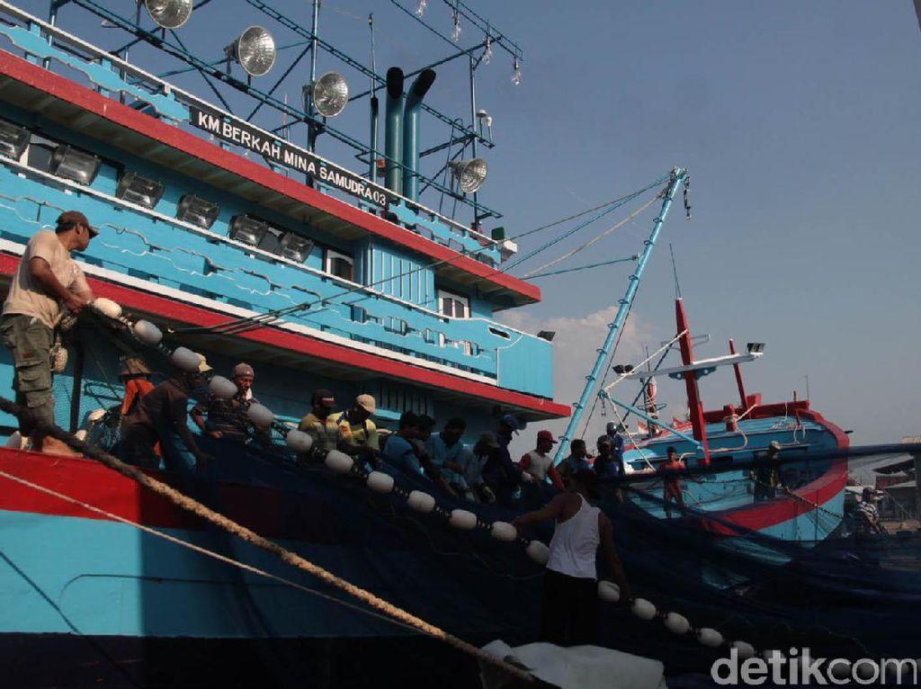Kapal Nelayan Asal Pati Terbalik di Selat Makasar