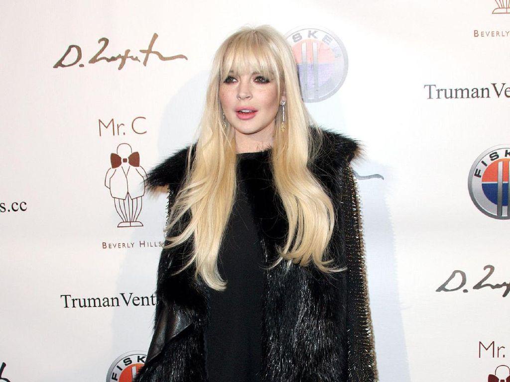 Duh! Lindsay Lohan Digigit Ular saat Berlibur ke Thailand
