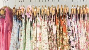 Batita Pegang-pegang Baju di Mal, Tanda Dia Ingin Baju Itu?
