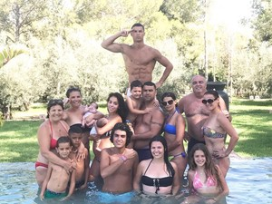 Begini Foto Keluarga ala Cristiano Ronaldo