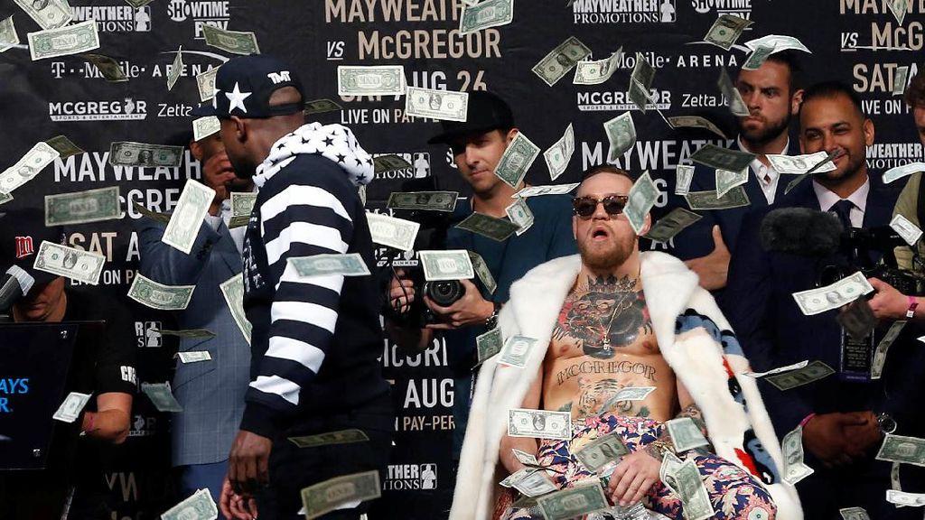 Mayweather Lempar Dolar ke Muka McGregor