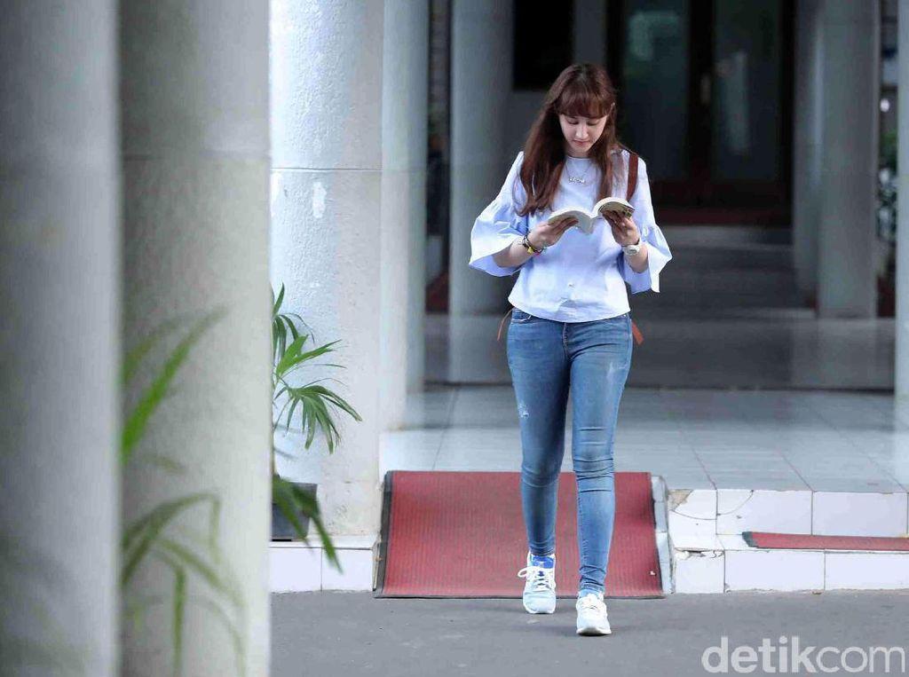 Lebih Dekat dengan Tsamara, Politikus PSI yang Status Kawinnya Viral