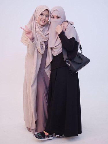 Diana Nurliana menggunakan niqab.