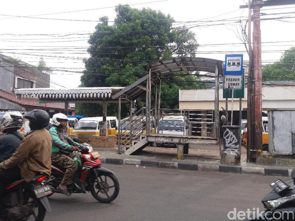 Halte Feeder Busway Terbengkalai, Ganggu Pengguna Jalan di Trotoar